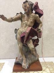 Скульптура стоящего Христа выполнена в динамическом развороте